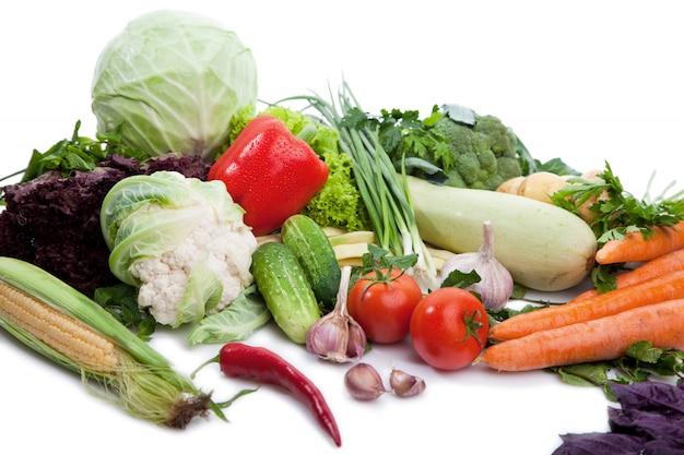 Légumes frais sur blanc.