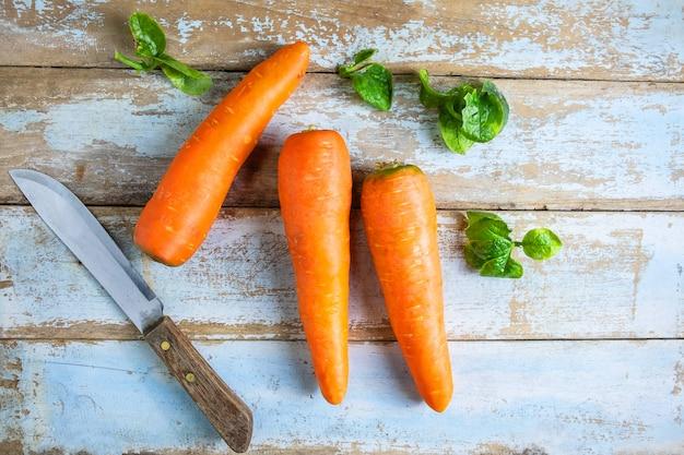 Légumes frais à la carotte sur une table en bois
