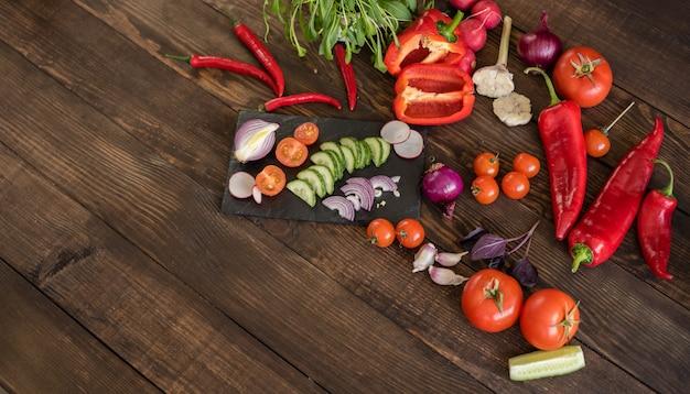 Légumes frais et colorés du potager sur un fond en bois foncé