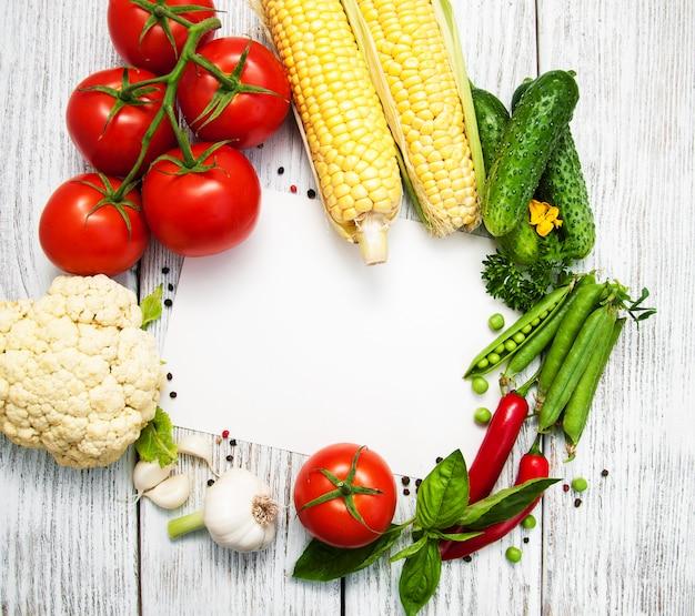 Légumes frais comme cadre