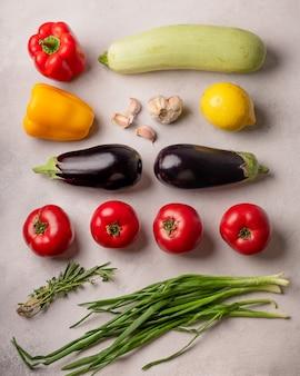 Légumes frais comme ingrédients pour la ratatouille