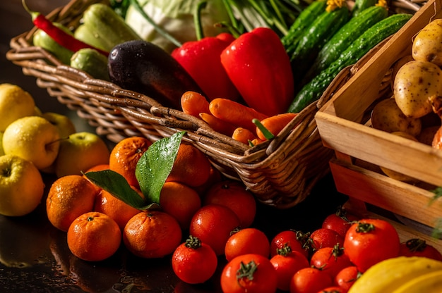Légumes frais dans une boîte en bois sur un fond en bois. marché de fruits et légumes