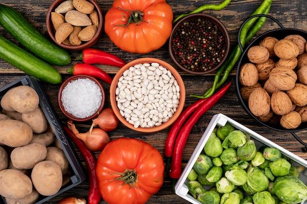 Légumes frais dans un bol en céramique différent