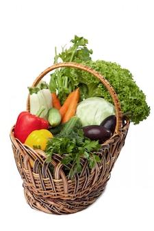 Légumes frais dans un panier blanc.