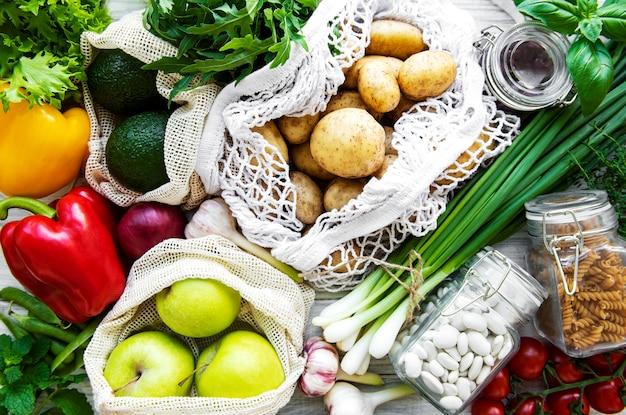 Légumes frais dans un sac en coton écologique