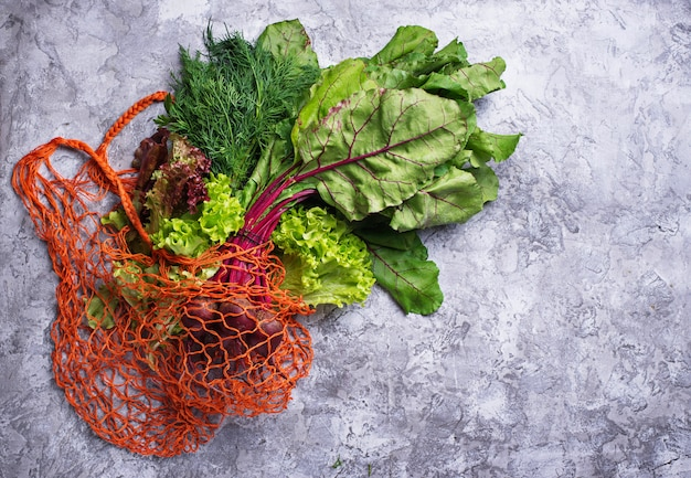 Légumes frais dans un sac en résille