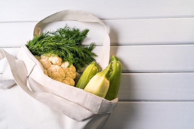 Légumes frais dans un sac en textile réutilisable