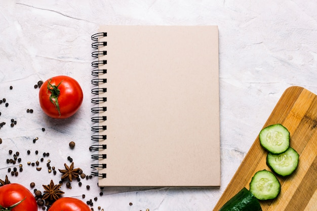 Légumes frais de la ferme, planche à découper avec espace de copie. tomates, épices, concombre. scène de cuisine