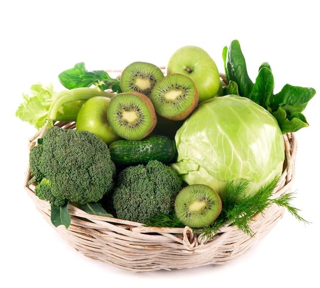 Légumes frais avec des feuilles - brocoli, kiwi, céleri, épinards, chou frisé, raisins et pomme isolé sur fond blanc