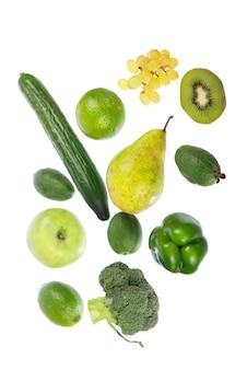 Légumes frais avec des feuilles isolées sur une surface blanche