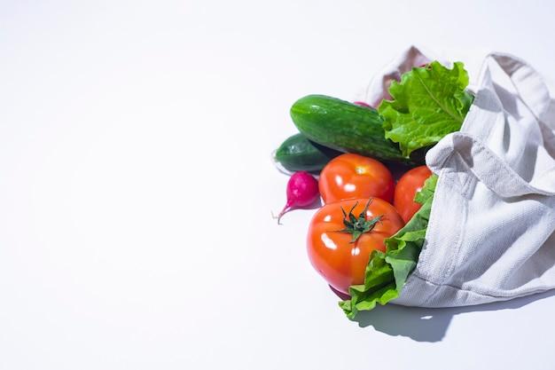 Légumes frais, feuilles de laitue dans un sac à provisions. vue de dessus, mise à plat