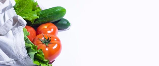 Légumes frais, feuilles de laitue dans un sac à provisions