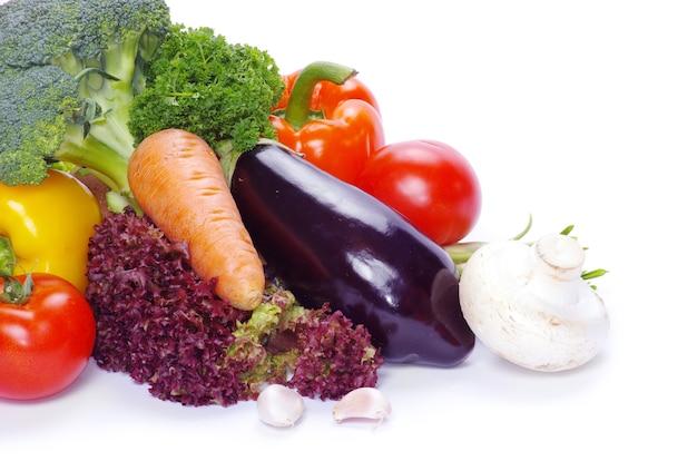 Légumes frais sur fond blanc