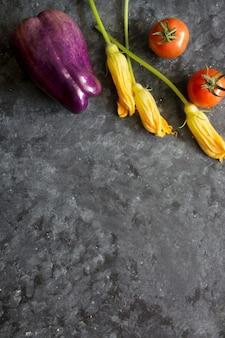 Légumes frais sur fond sombre pour l'espace de copie de texte