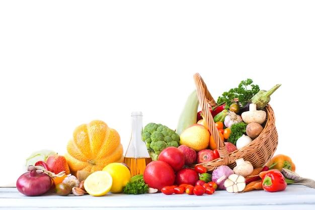 Légumes frais, fruits et autres denrées alimentaires isolés.