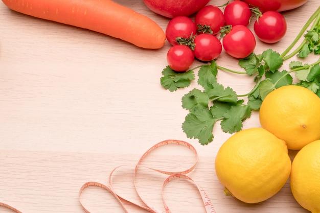 Légumes frais, fruits, eau pure, nourriture saine