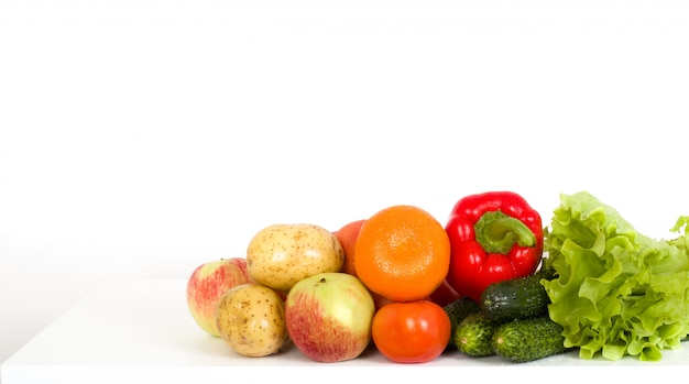 Légumes frais et fruits sur une table