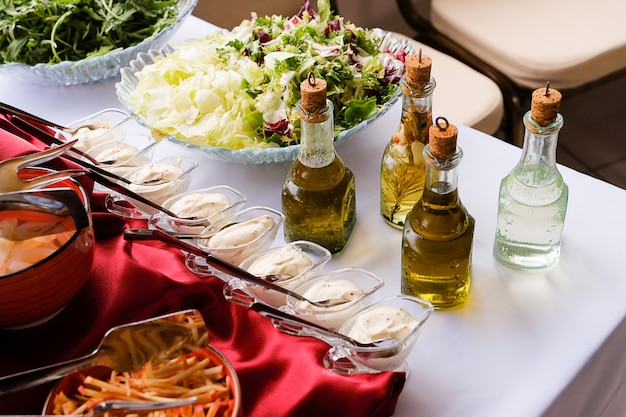 Légumes frais hachés, légumes verts, sauce et huile de vinaigrette.
