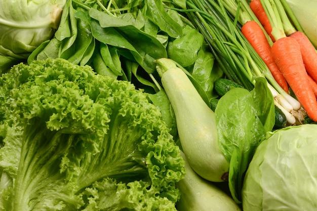 Légumes frais et herbes en arrière-plan.