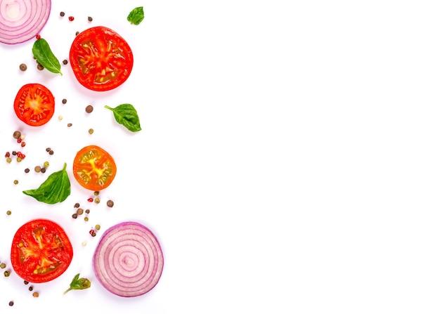 Légumes frais, herbes et épices isolés sur blanc