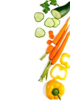Légumes frais isolés sur fond blanc. mise à plat. concept alimentaire.