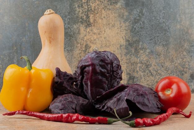 Légumes frais sur marbre.