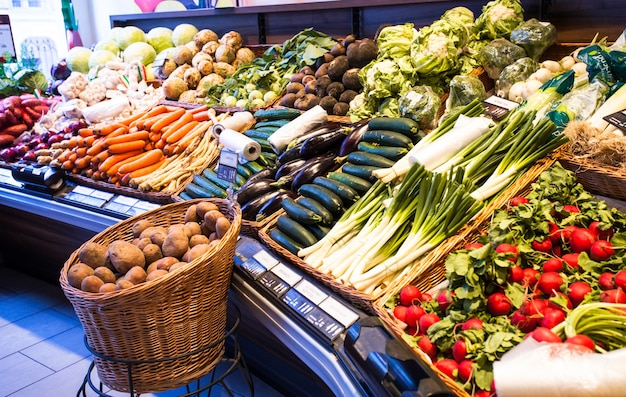 Légumes frais sur le marché de printemps, divers aliments végétariens
