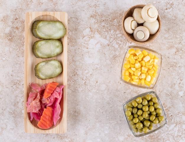 Légumes frais et marinés regroupés