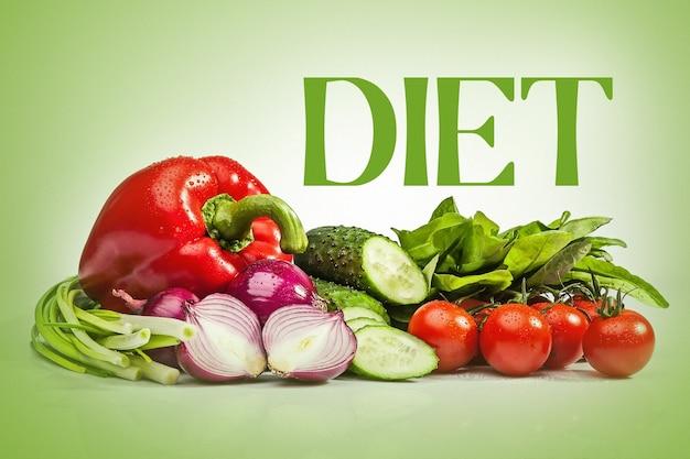 Les légumes frais sur le mur blanc