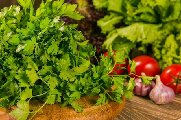 Légumes frais sur une planche de bois.