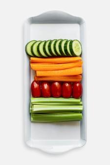 Légumes frais sur une plaque blanche