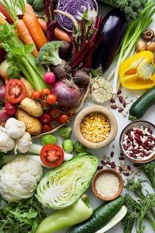 Légumes frais à plat mode de vie sain