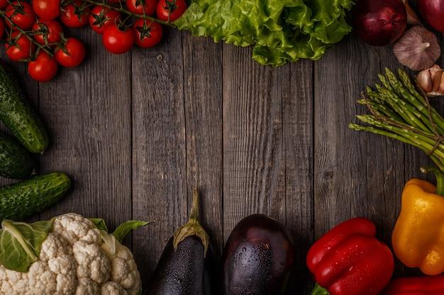 Légumes frais pour la cuisson sur fond de bois foncé.