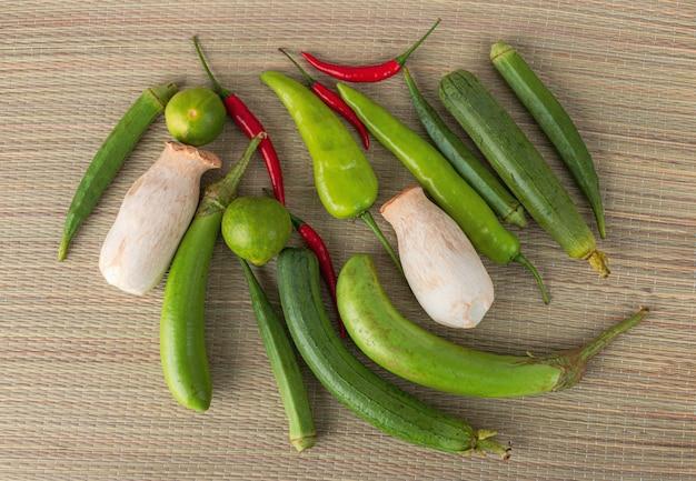Légumes frais prêts pour la cuisson, coup sur fond de métier rustique