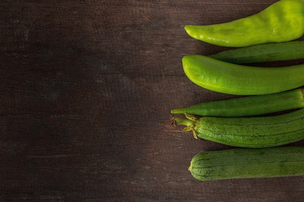 Légumes frais prêts pour la cuisson sur fond de table en bois rustique