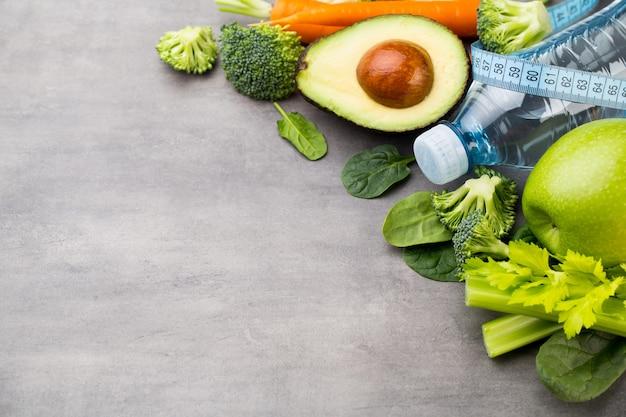 Légumes frais et sains, eau. concept de santé, de sport et d'alimentation.