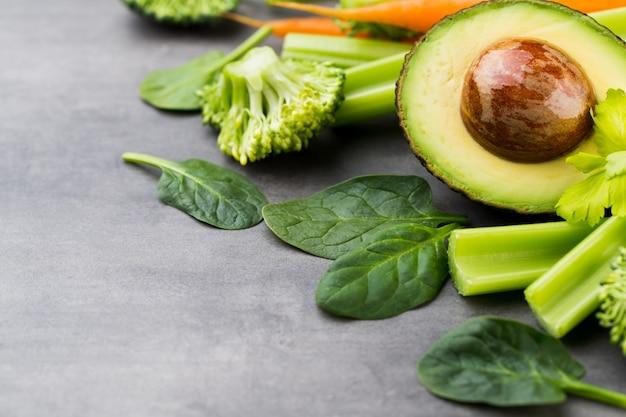 Légumes frais et sains, eau