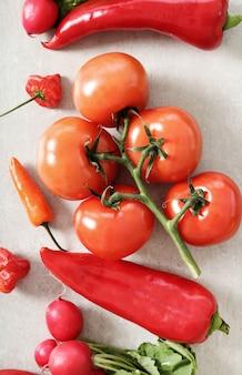Légumes frais sur une surface grise