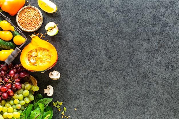 Légumes frais sur une surface en pierre sombre