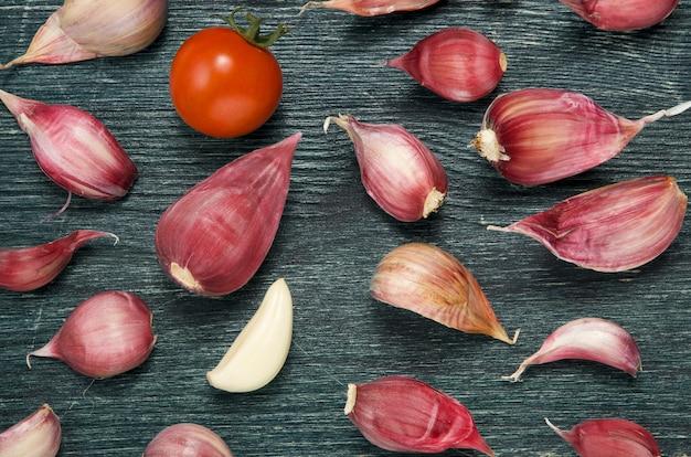 Légumes frais sur une surface sombre en relief.
