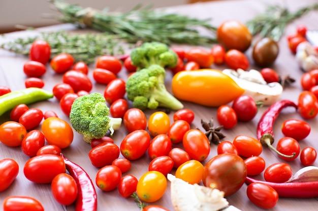 Légumes frais sur la table en bois gros plan tourné.