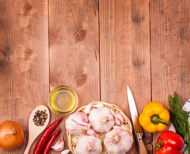 Légumes frais sur une table en bois. mur. mode de vie sain.