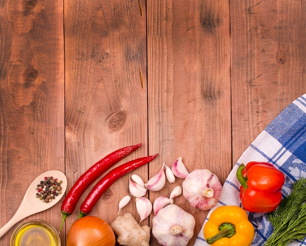 Légumes frais sur une table en bois. mur.