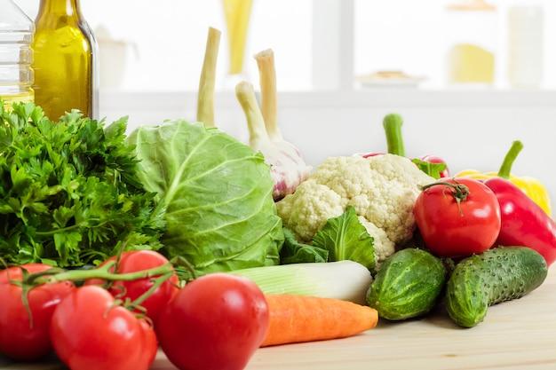Légumes frais sur la table de la cuisine. nourriture saine