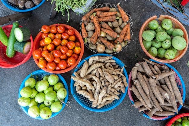 Légumes frais à vendre au marché de l'alimentation de rue dans la vieille ville de hanoi, vietnam. gros plan, vue de dessus