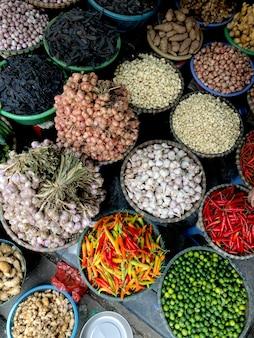Légumes frais à vendre au marché de l'alimentation de rue dans la vieille ville de hanoi, vietnam