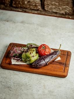 Légumes frits et oignons et herbes en tranches