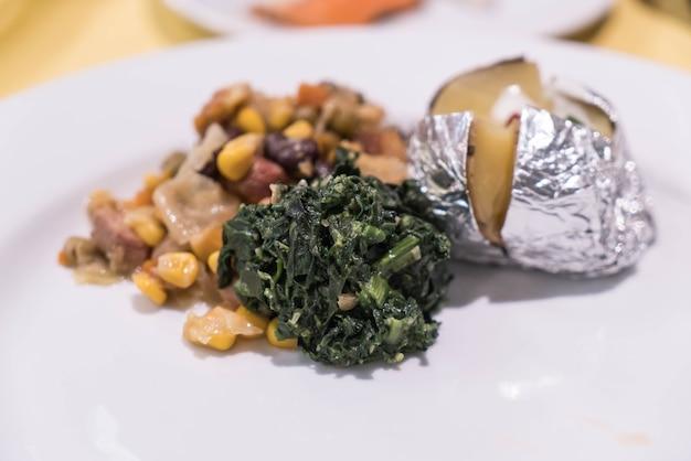 Légumes frits pommes de terre aux épinards