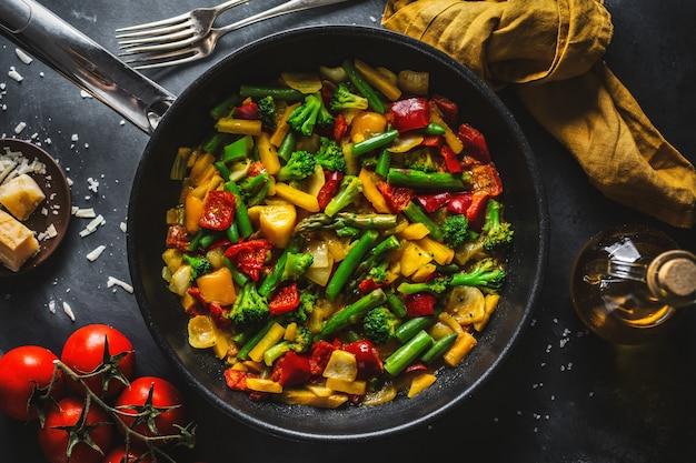 Légumes frits avec sauce sur pan