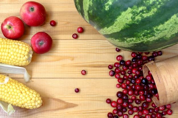 Légumes et fruits sur bois